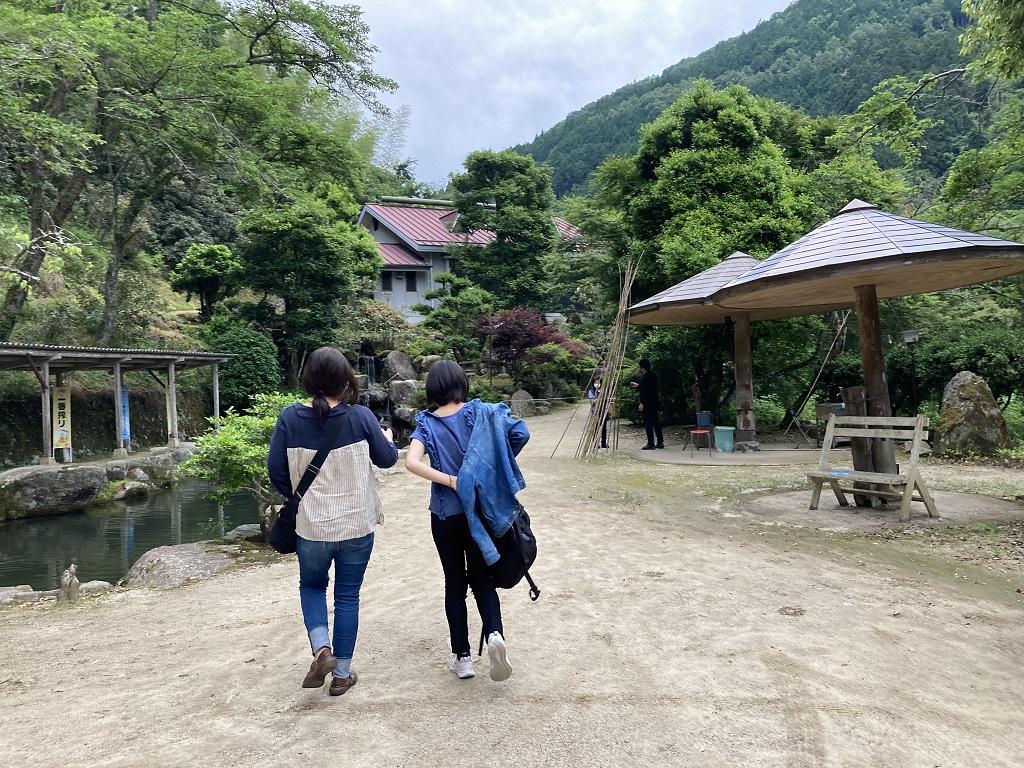 竹山荘の池のほとりで歩く妻と娘