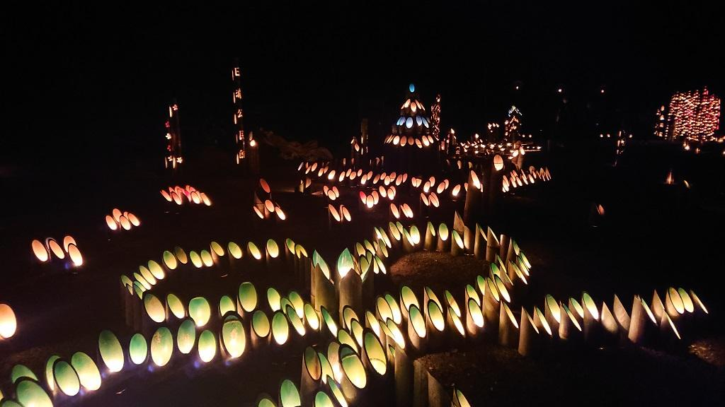 竹山荘の近くの「ほたるの里」の大量の竹と蝋燭