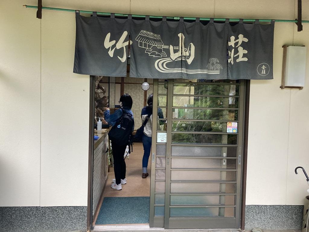 竹山荘の玄関から中に入った娘、妻