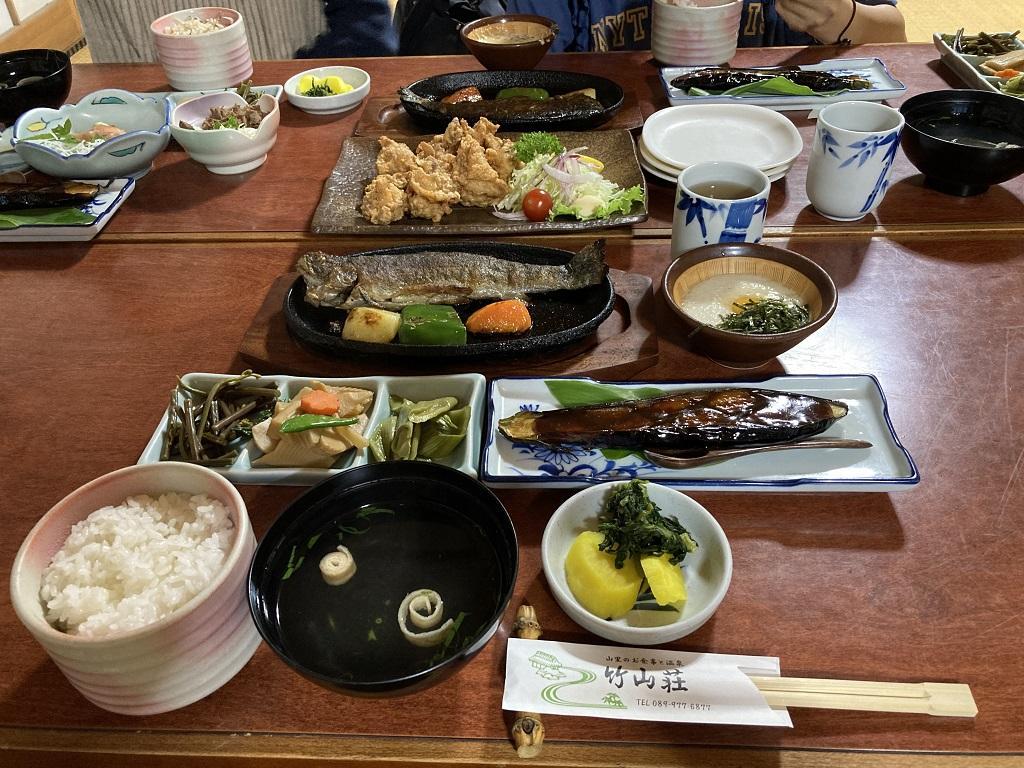 竹山荘の山菜定食(塩焼きの魚)、若鶏のから揚げ