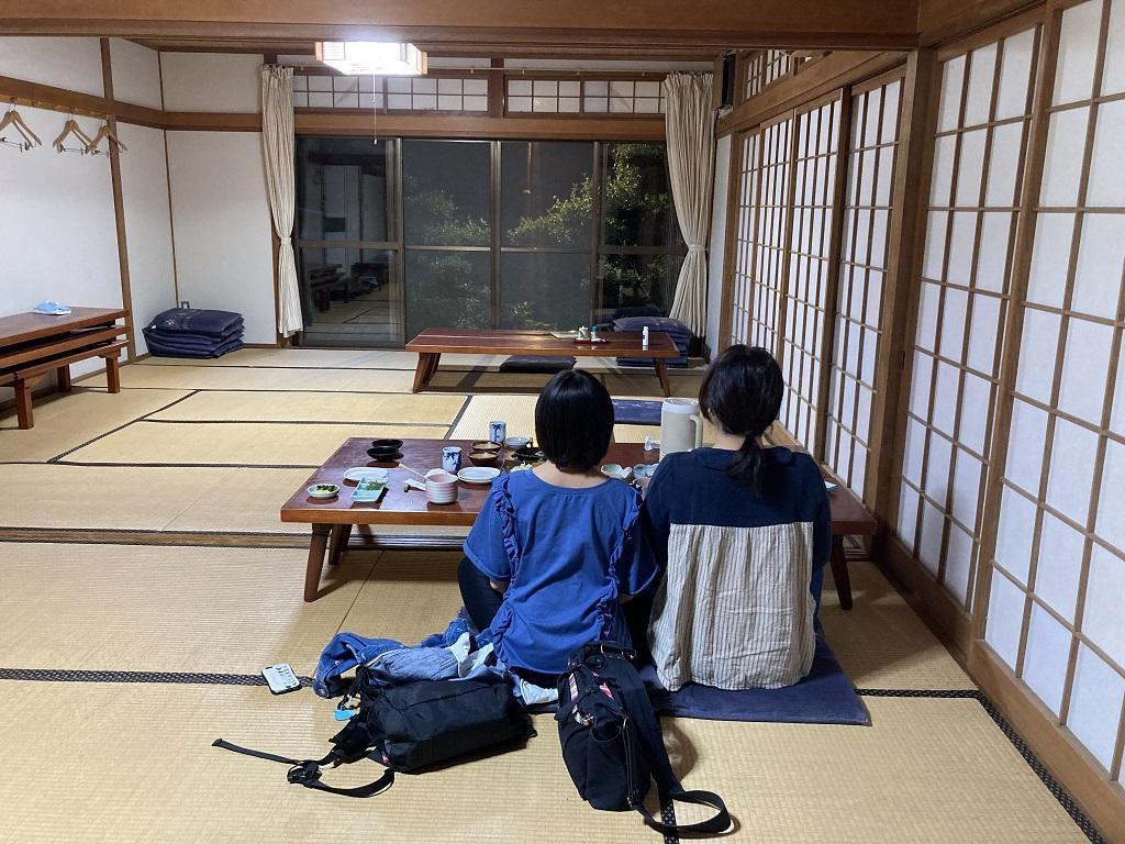 竹山荘の大広間で仲良く肩を並べて座る娘、妻