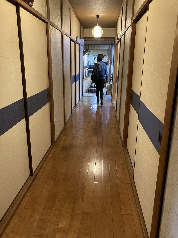 竹山荘の廊下を歩く娘