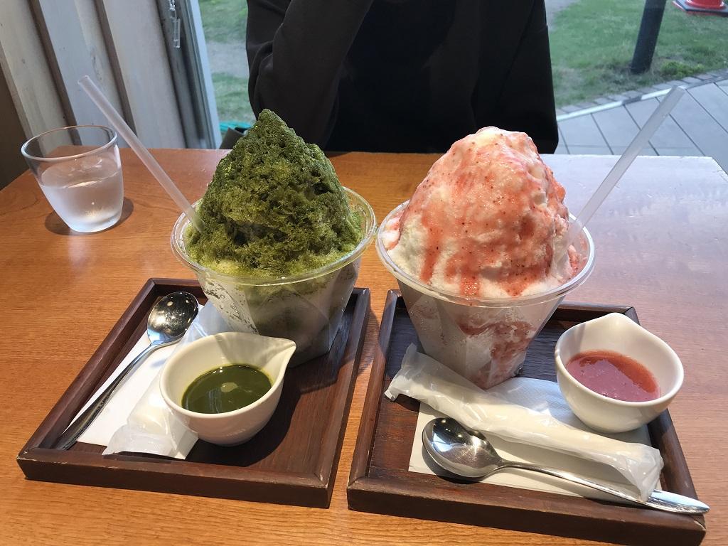粉雪のようなかき氷(宇治抹茶といちごミルク) - 媛彦温泉の食堂・オイシイオトひめひこ店のかき氷