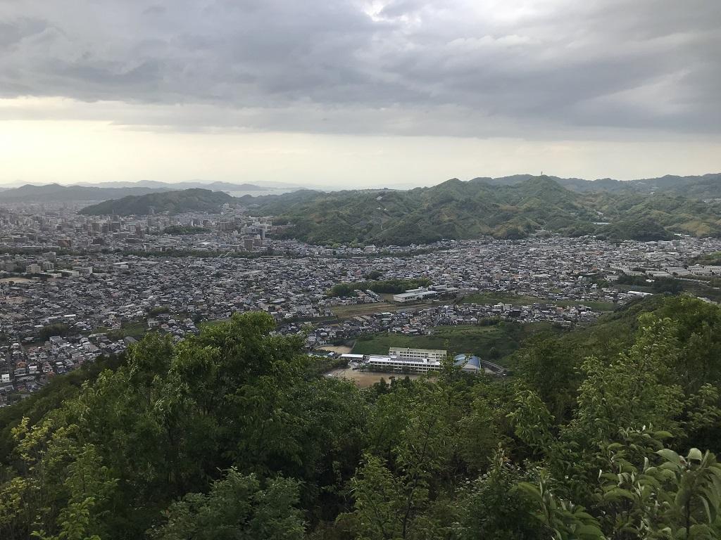 淡路ヶ峠 展望台・展望デッキからの眺め。桑原中学校